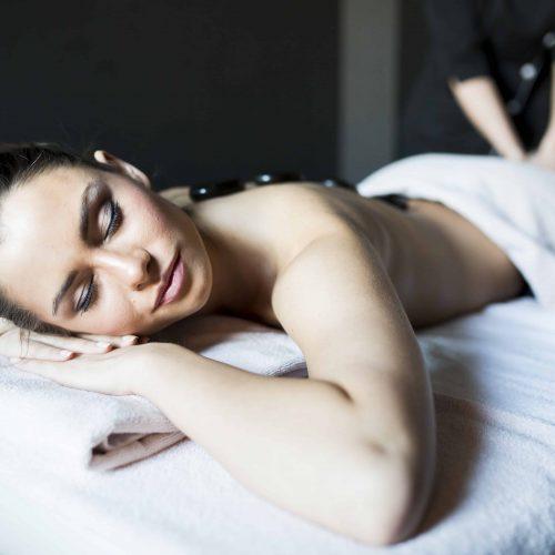 Hot Stone Massage bei ROPE cosmetics im Institut HolisticSkinWork in München