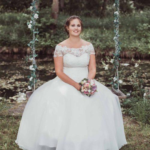 Braut Make up und Braut Frisur zum weißen Kleid